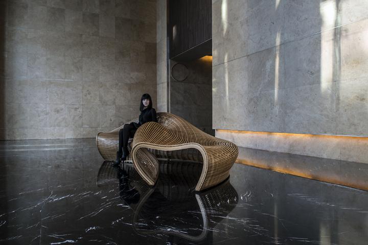 Прекрасная обтекаемая скамья от дизайнера Matthias Pliessnig