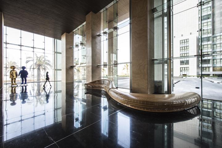 Яркая обтекаемая скамья от дизайнера Matthias Pliessnig