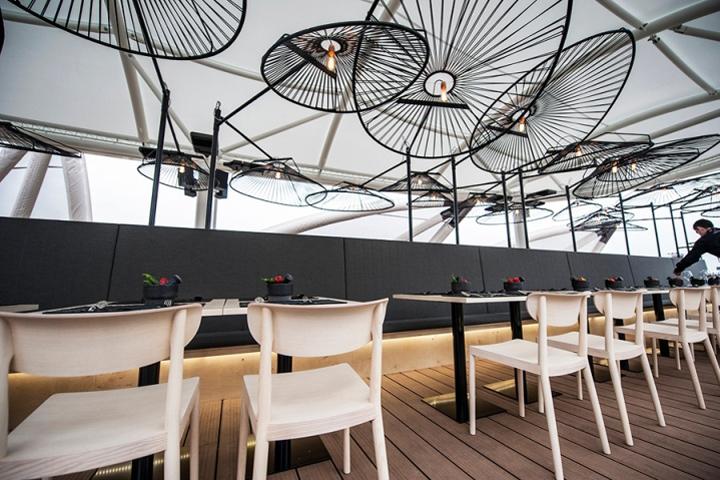 Необычные потолочные лампы в интерьере ресторана