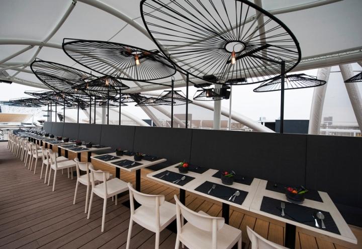 Светлая деревянная мебель в интерьере ресторана