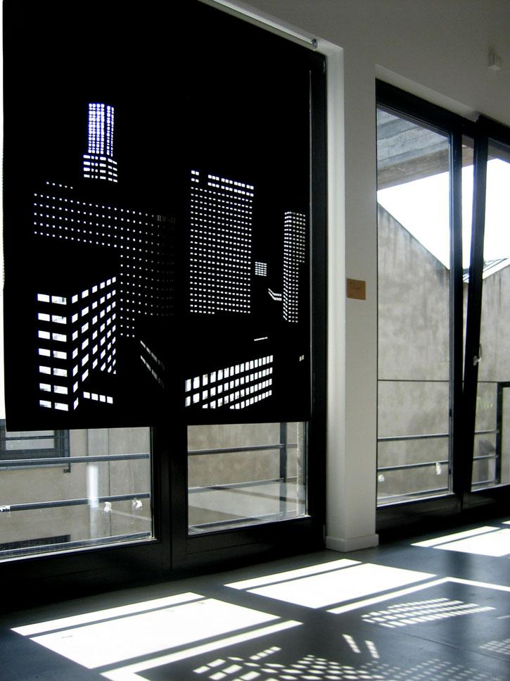 Cortinas perforadas con una trama original - una decoración de ventana espectacular