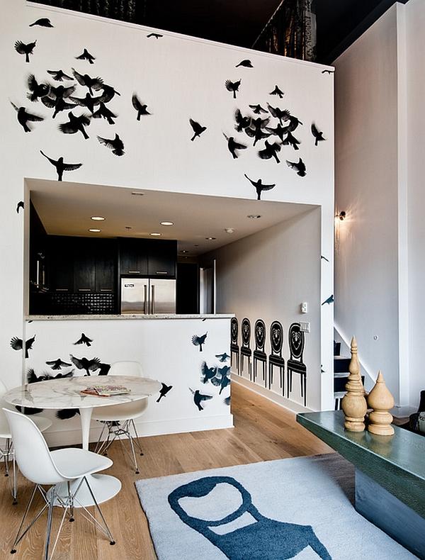 Черные птицы на белой стене