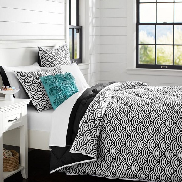 Подушка на чёрно-белом постельном белье