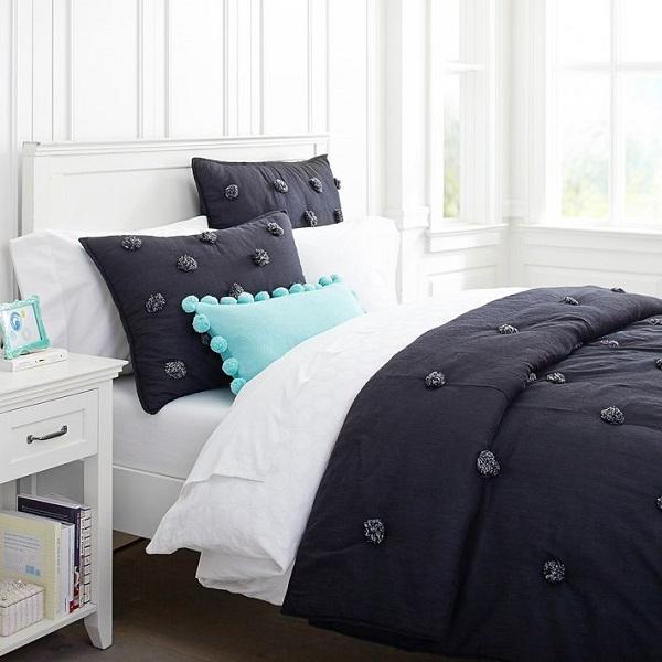 Бирюзовая подушка на чёрно-белом постельном белье