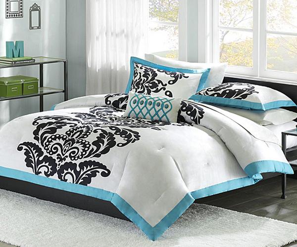 Голубой и чёрный узоры на белой постели