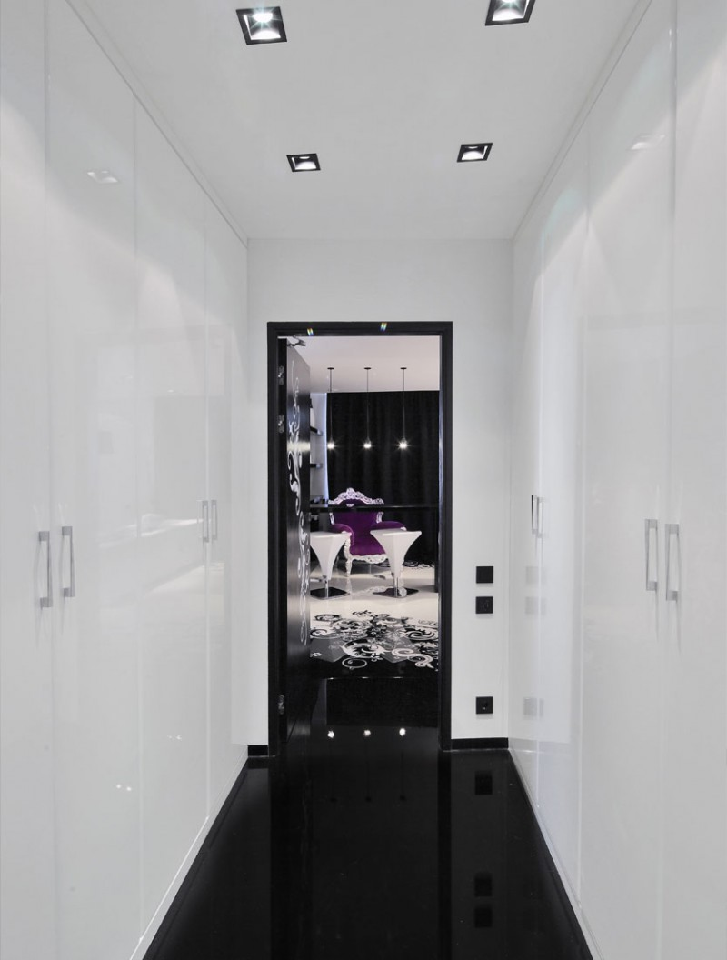 Белые стены и черный пол в коридоре