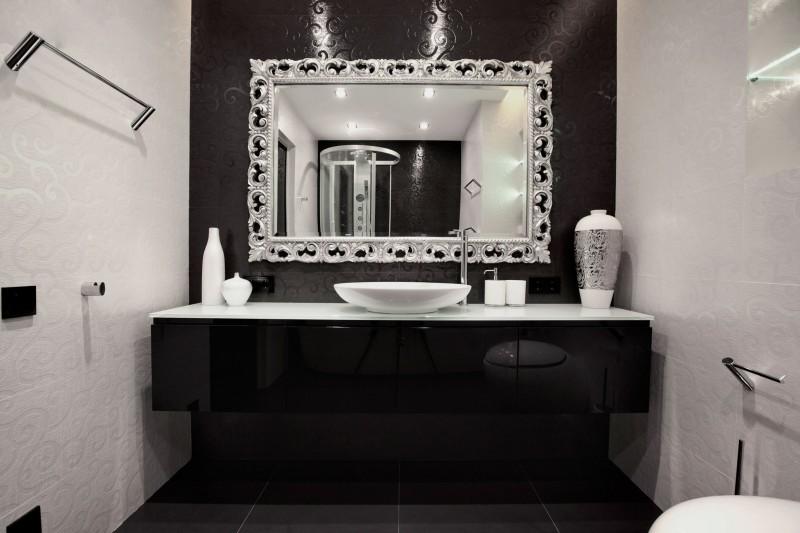 Черная мебель и белая сантехника в ванной комнате