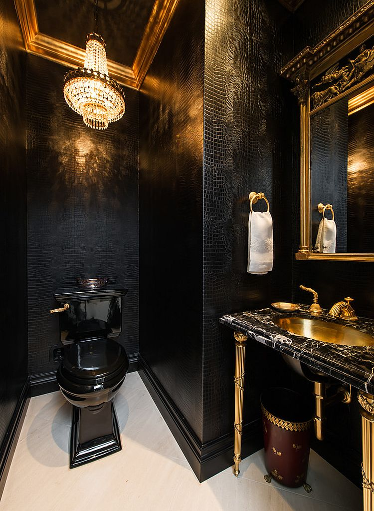 Позолоченная зеркальная рама на фоне чёрных стен туалетной комнаты