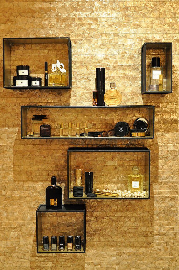 Чёрные деревянные полки на золотой стене ванной