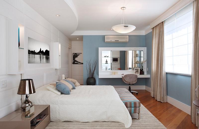Спальня в гармоничных бело-синих тонах