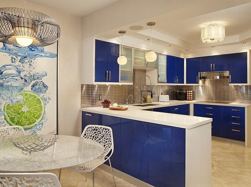 Кухня с контрастным синим оттенком