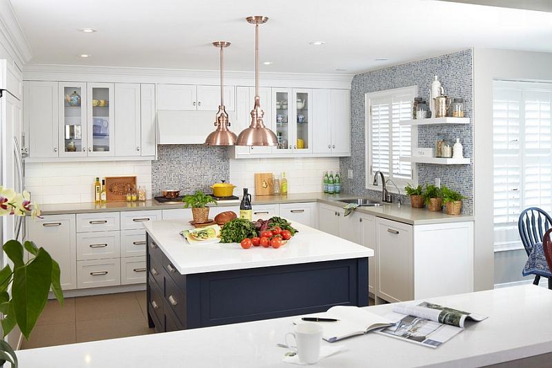 Белая кухня с синей столешницей