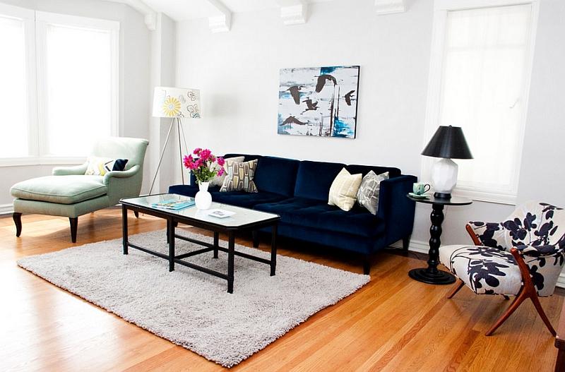 Эклектичная гостиная в сине-белых тонах