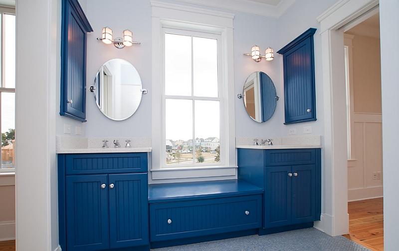 Ванная в контрастном синем цвете