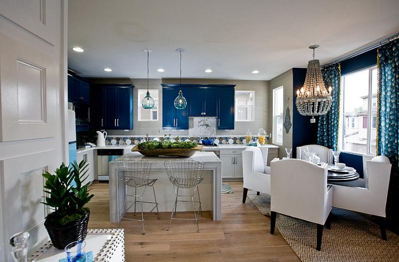 Классическая кухня и столовая в бело-синих тонах