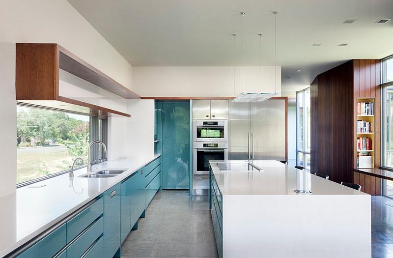 Современная кухня с зеркальной поверхностью