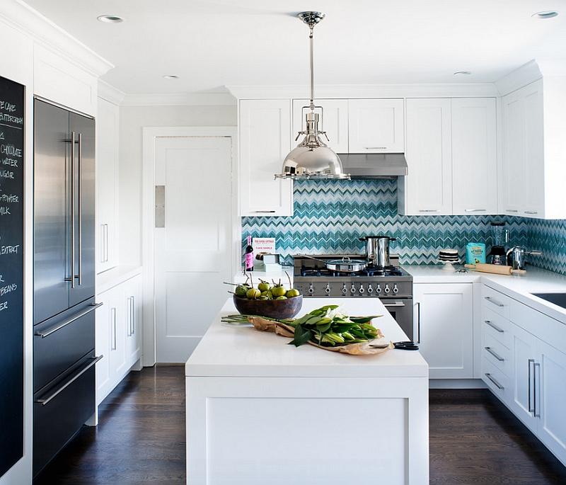 Белая кухня с голубым фартуком