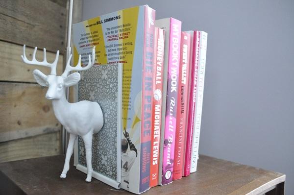 Необычная полочка удерживающая книги в виде оленя