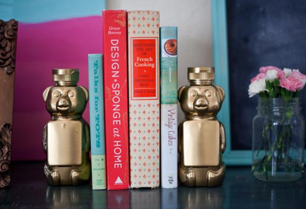 Прекрасно окрашенные бутылочки из-под мёда в качестве полки для книг