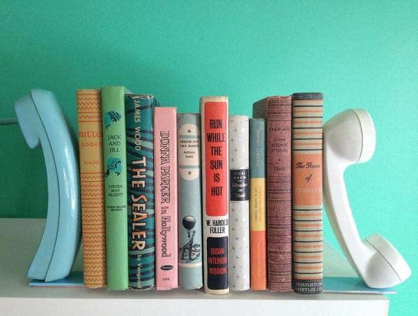 Чудные трубки старого телефона в качестве полки для книг