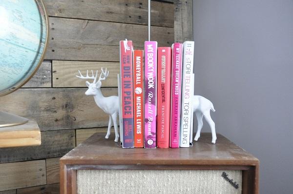 Полочка удерживающая книги в виде оленя