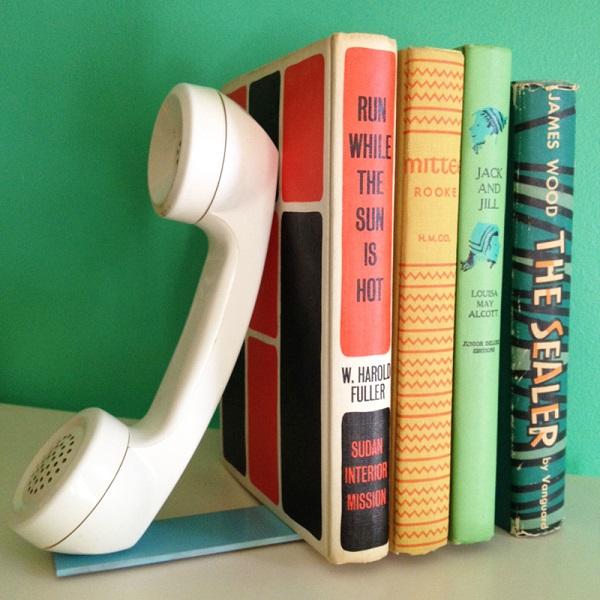 Трубка старого телефона в качестве полки для книг