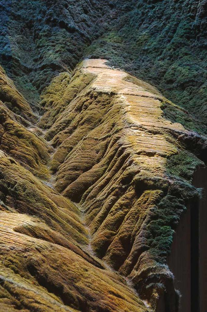 Горы из песка на книгах Encyclopedia Britannica