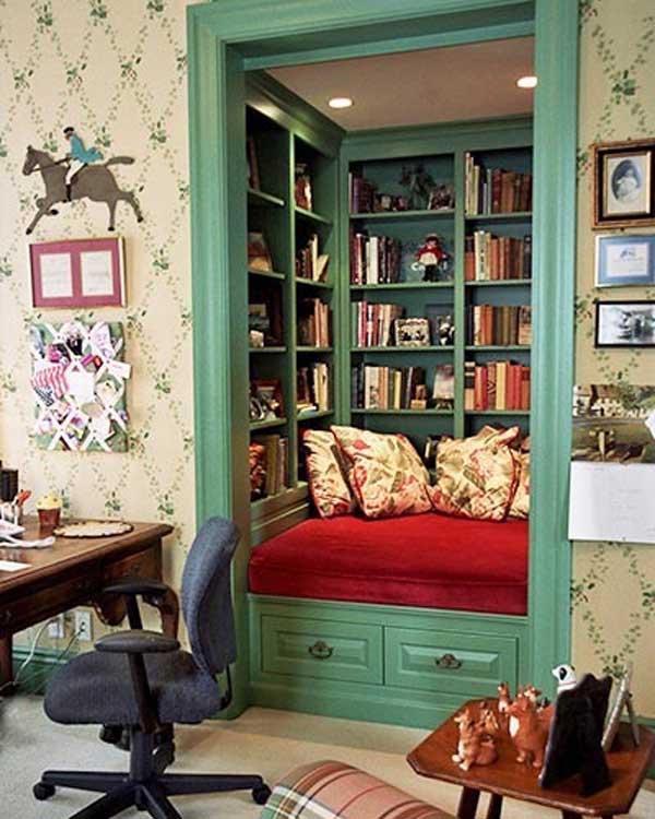 Встроенный книжный шкаф и место для чтения