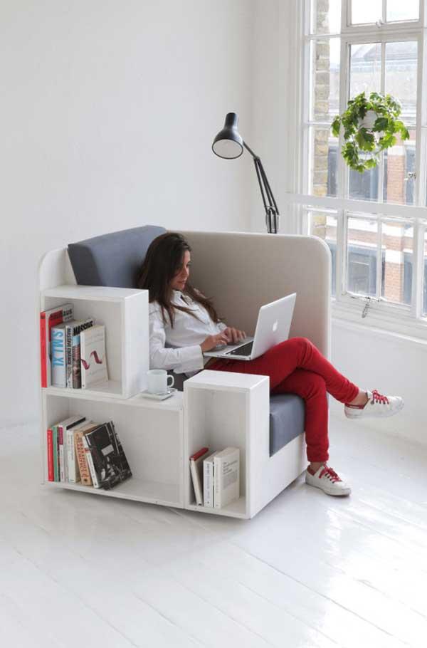 Белое кресло с открытыми полка для книг