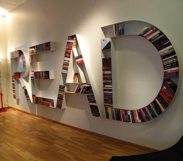 Буквенный декор из книжных полок