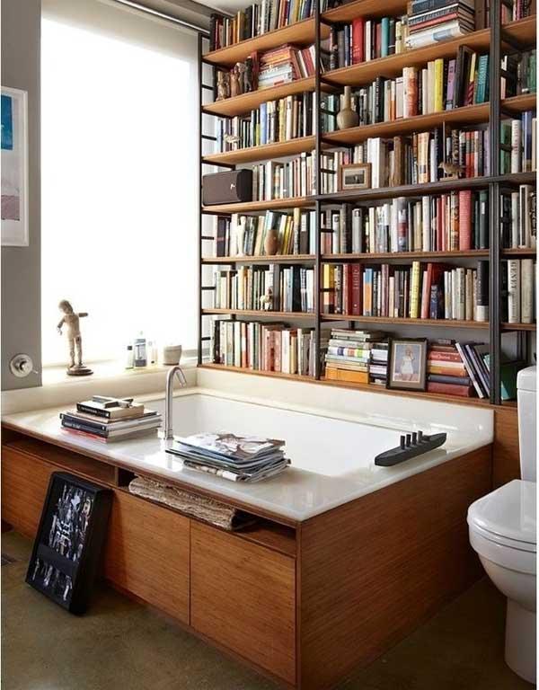 Стеллаж с книгами в ванной комнате