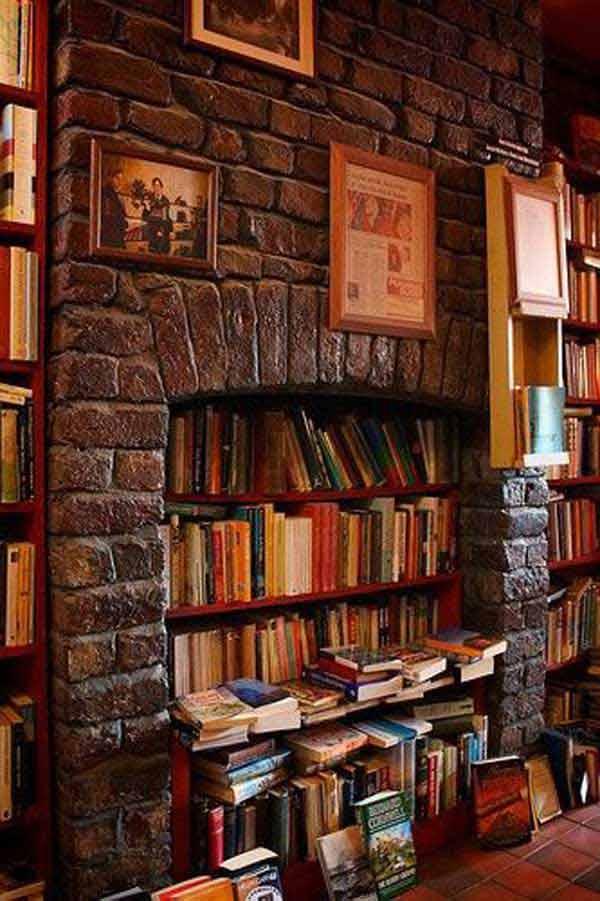 Камин в качестве места для хранения книг
