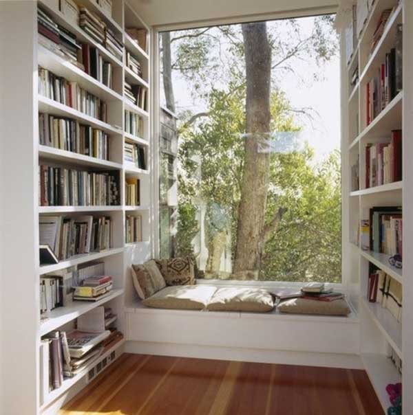 Уголок для чтения у большого окна