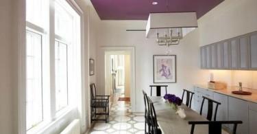 Белая столовая с сиреневым потолком