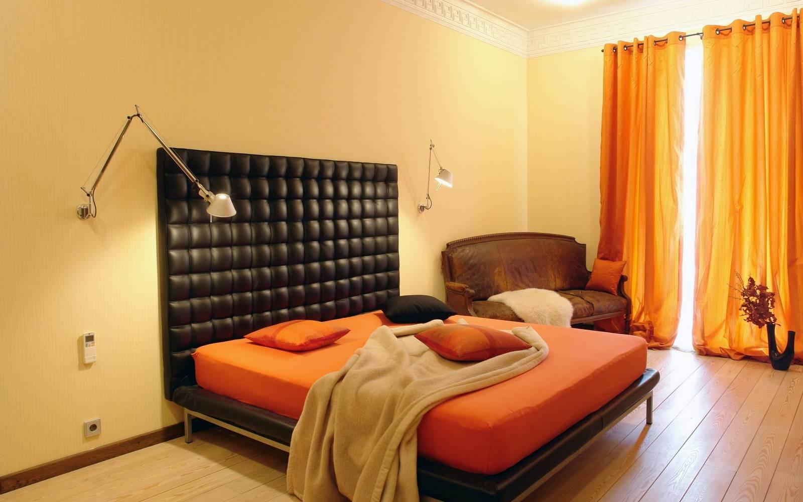 Оранжевая кровать в спальне