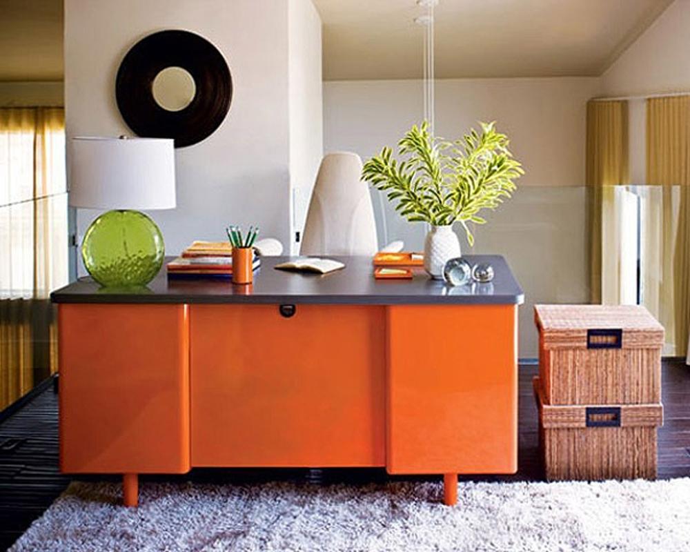 Оранжевый рабочий стол в интерьере