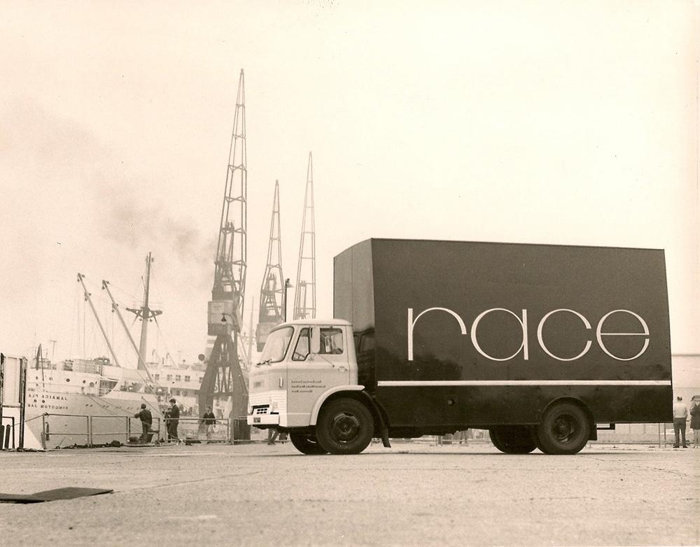 Британский стиль в дизайне - загрузка грузовика Race Furniture