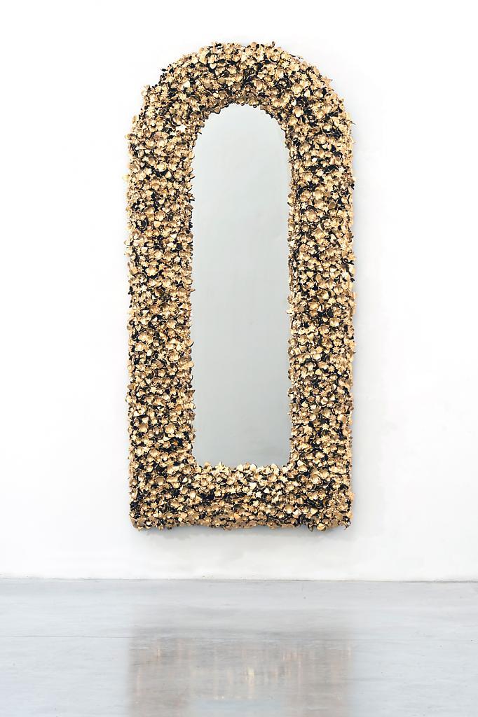 Настенные скульптуры на выставке David Gill Gallery