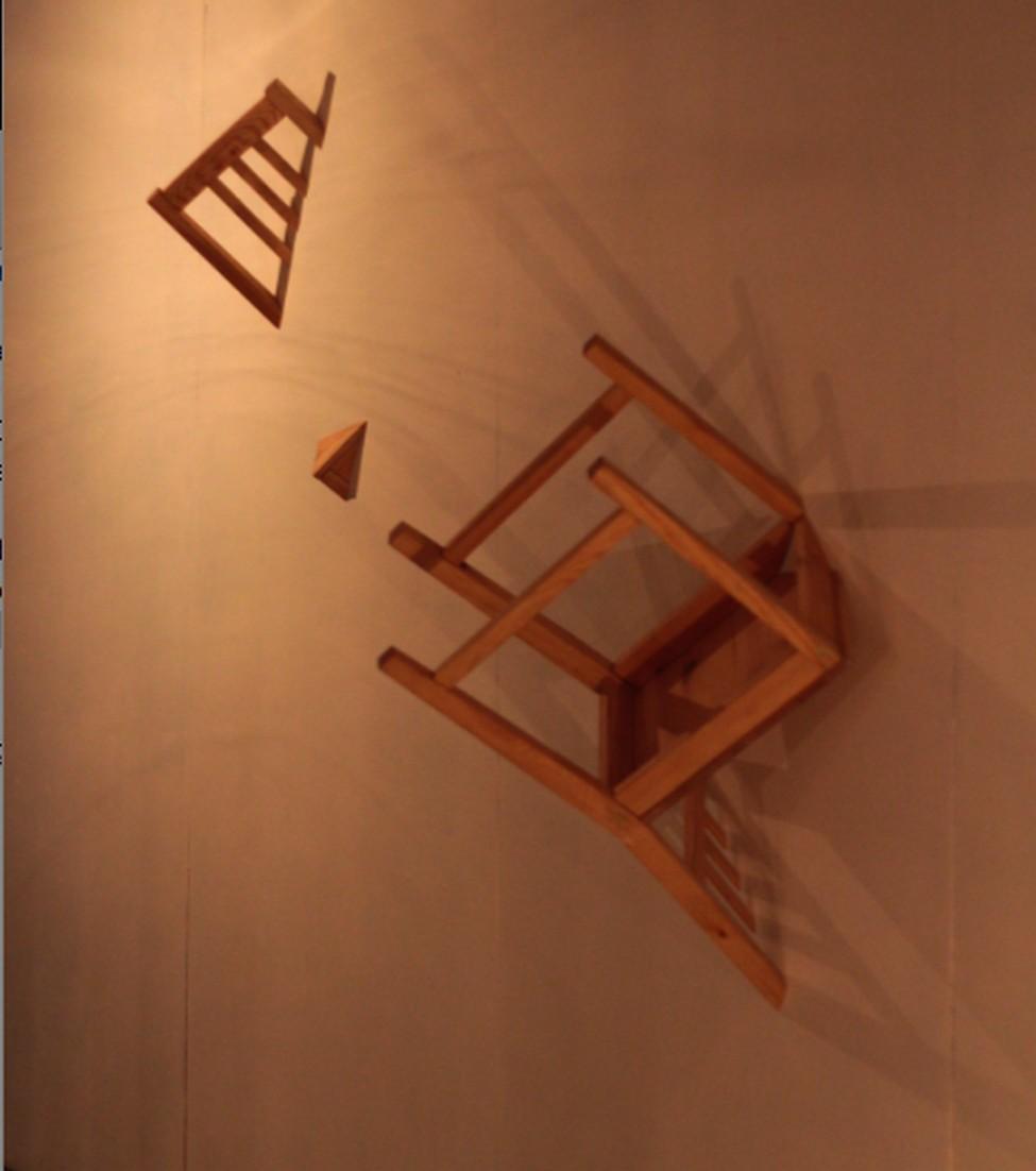 Красивый стул из комплекта Broken Furniture