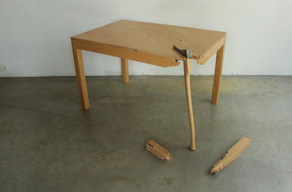 Чудесный стол из комплекта Broken Furniture