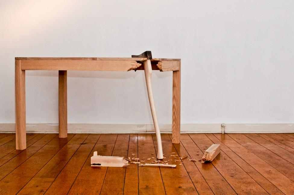 Захватывающий стол из комплекта Broken Furniture