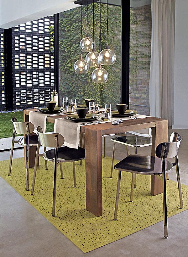Никелированные стулья у стола