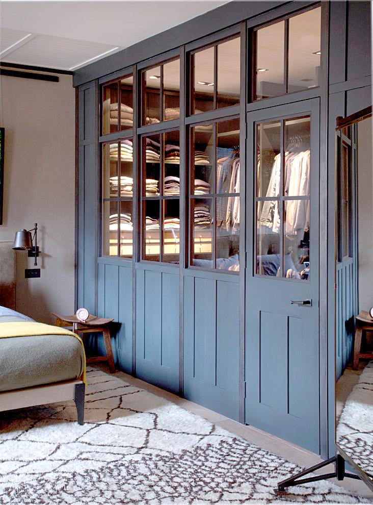 Синяя гардеробная в интерьере спальни