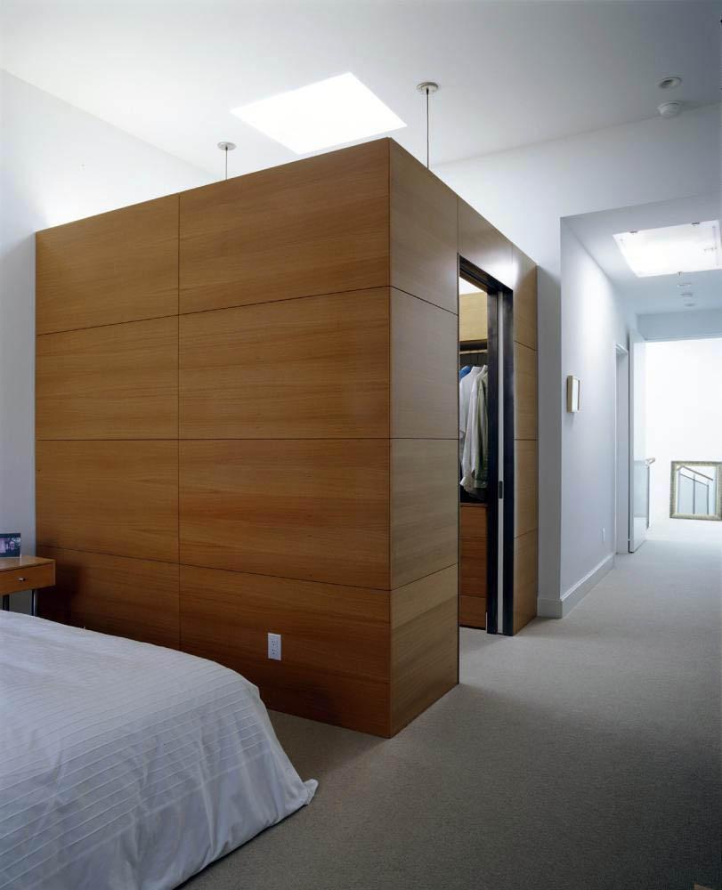 Скрытая система хранения в спальне