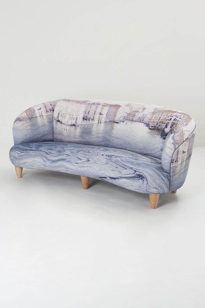 Обивка дивана фотографией из старинной камеры