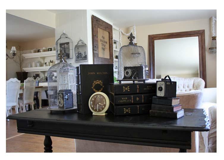 Старинные фотоаппараты на столе в интерьере