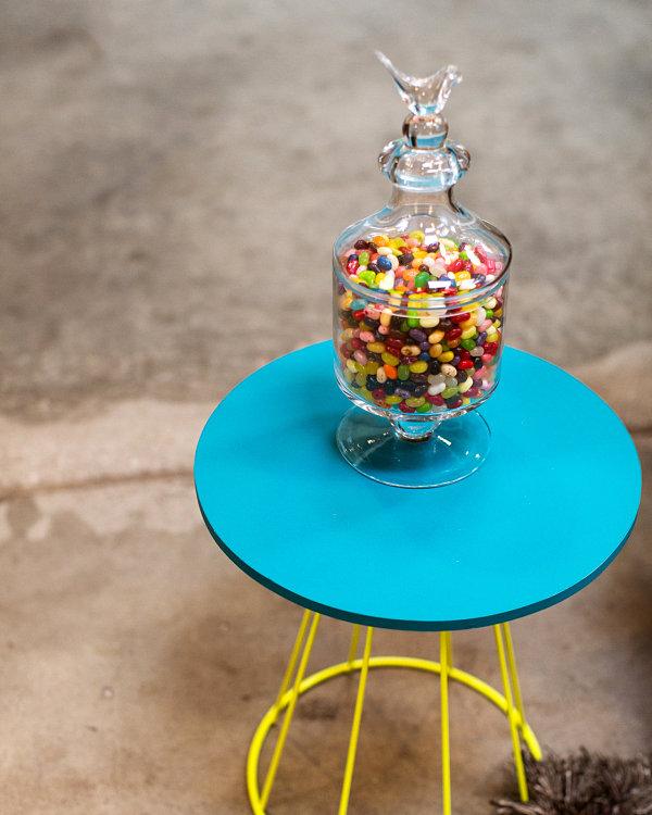 Конфеты в вазе на столике