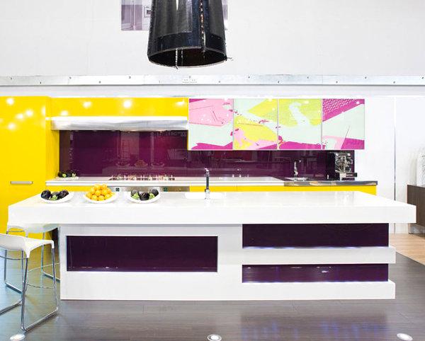 Жёлтые и фиолетовые акценты в оформлении кухни