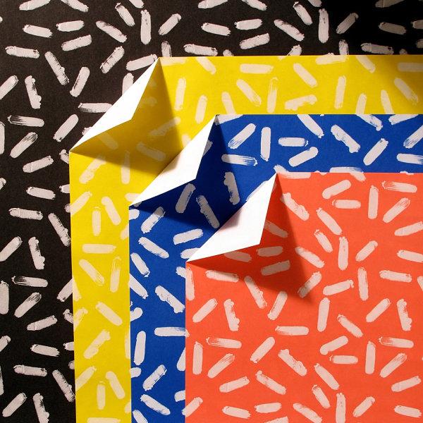 Белый конфетный узор на цветной бумаге
