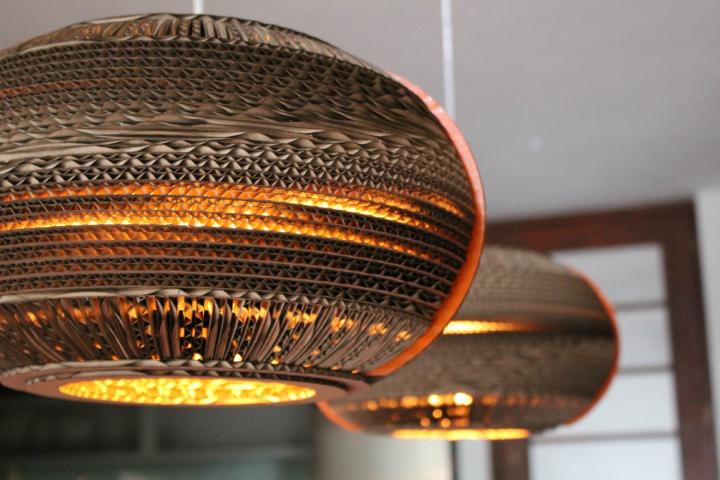 Стильные подвесные светильники из картона от Studio 38